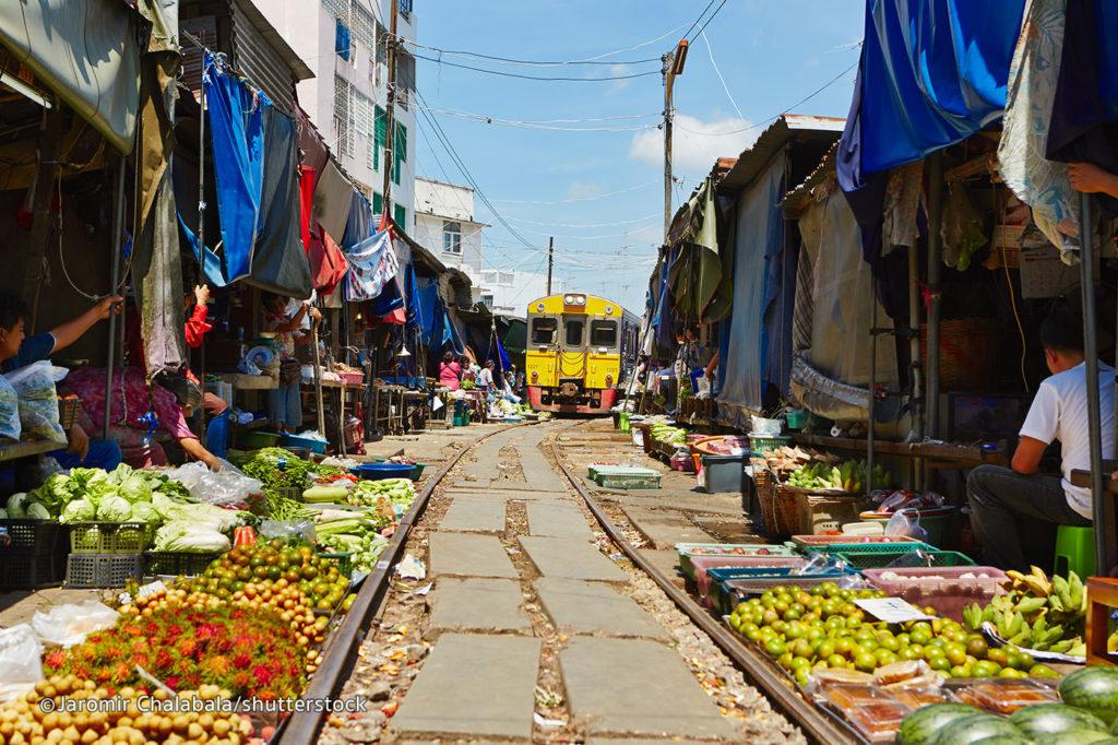 MaeKlong market – Il mercato sui binari di Bangkok